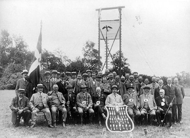 Fugleskydning i 1925. Fotograf Hans Albjerg; Vejle Stadsarkiv B 57806.
